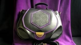 Жіноча чорна шкіряна сумка.