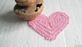 Розовая ажурная салфетка в форме сердца