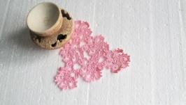 Розовая треугольная ажурная салфетка