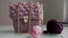 тут изображено Вязаная сумочка