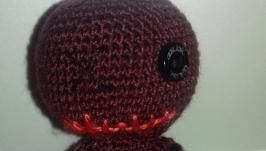тут изображено Куколка Страшилка Вязаный человечек