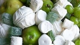 тут изображено Букет из зефира и фруктов ′Наслаждение′