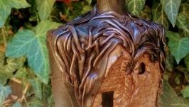 Штоф в декоре из натуральной кожи и керамики ручной работы.