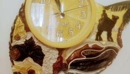 Часы в декоре из натуральной кожи.