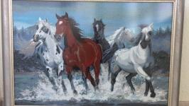 Картина вышитая бисером ′Бегущие по воде′