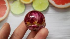 Кулон-сфера из ювелирной смолы с натуральным цветком гелихризума.