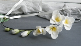 Венок с кремовыми цветами фрезии в прическу невесте