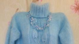 тут изображено пуховый свитер голубое небо