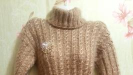 пуховый удлиненный свитер туника с брошью