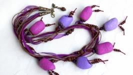 Ожерелье из коконов шелкопряда в сиреневых тонах