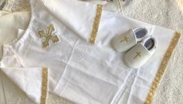 Белый с золотистым набор для крещения ( пинетки и длинная рубашка)