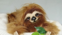 Ленивец трехпалый Мягкая игрушка из меха и шерсти на проволочном каркасе.