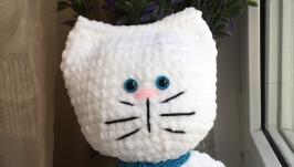 Белый вязаный сердечный котик