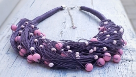 Яркое льняное колье в сиренево-розовых оттенках