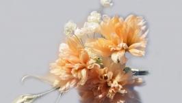тут изображено Гвоздики - брошь из натурального шелка.