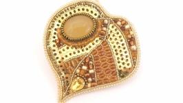 Вышитая осенняя брошь с авантюрином Липовый лист Бронзовая с золотым