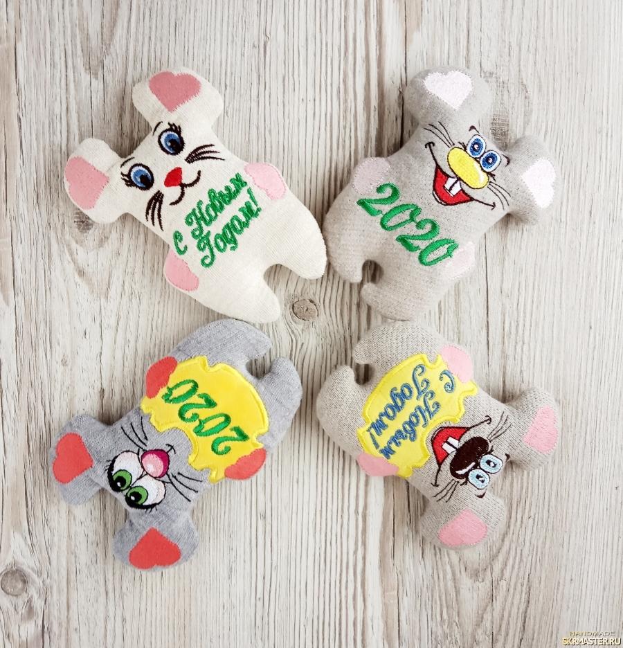 тут изображено Новогодние мышки с  надписью.. ? игрушка с вышивкой для вас!