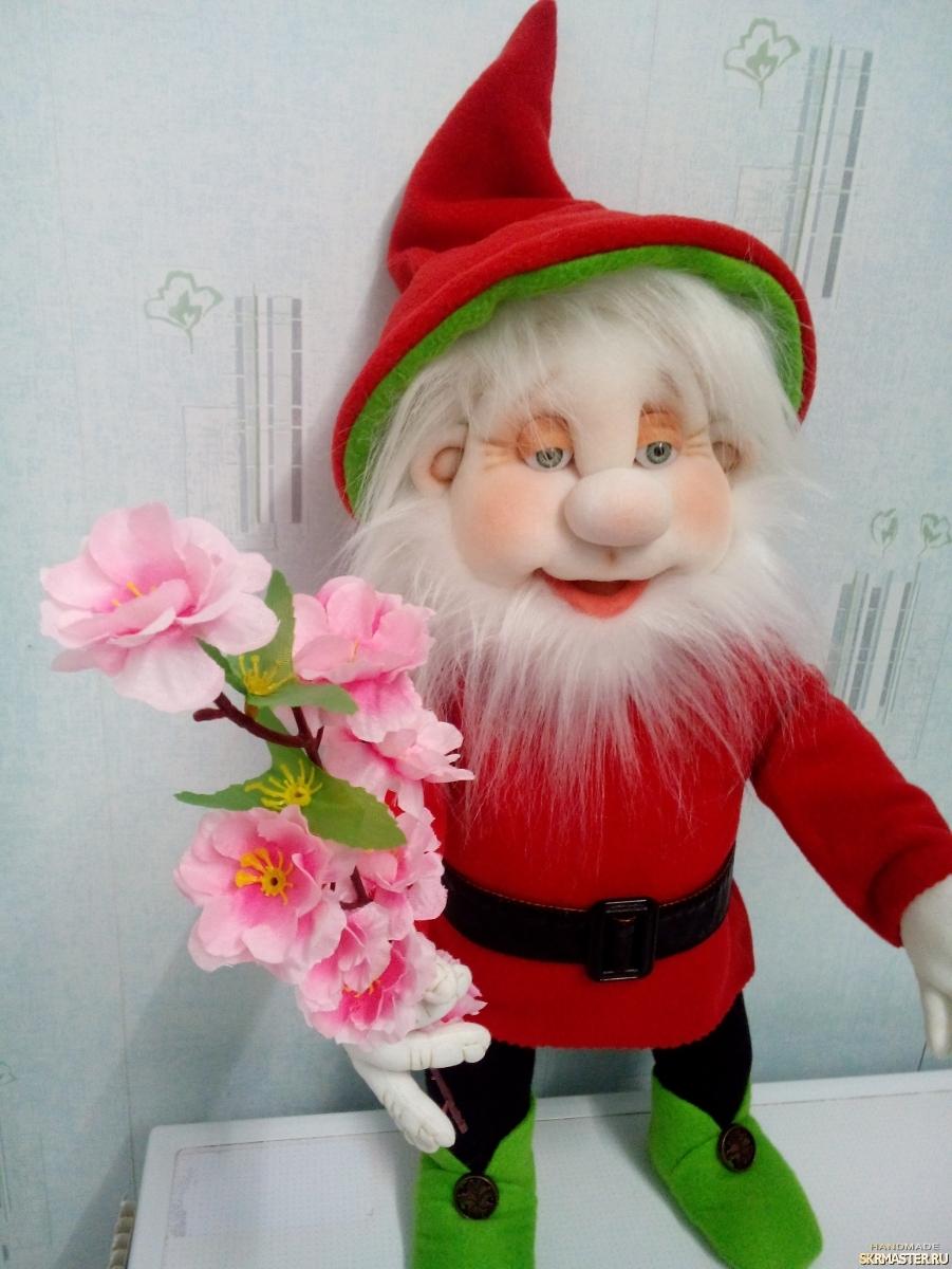 тут изображено Гномыч с цветком
