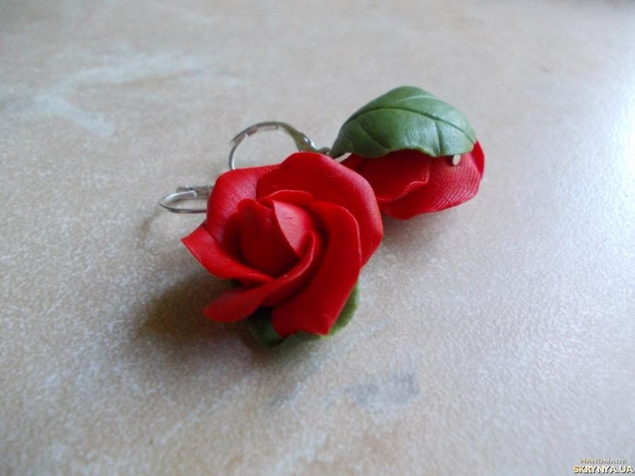 тут изображено Красные розы серьги
