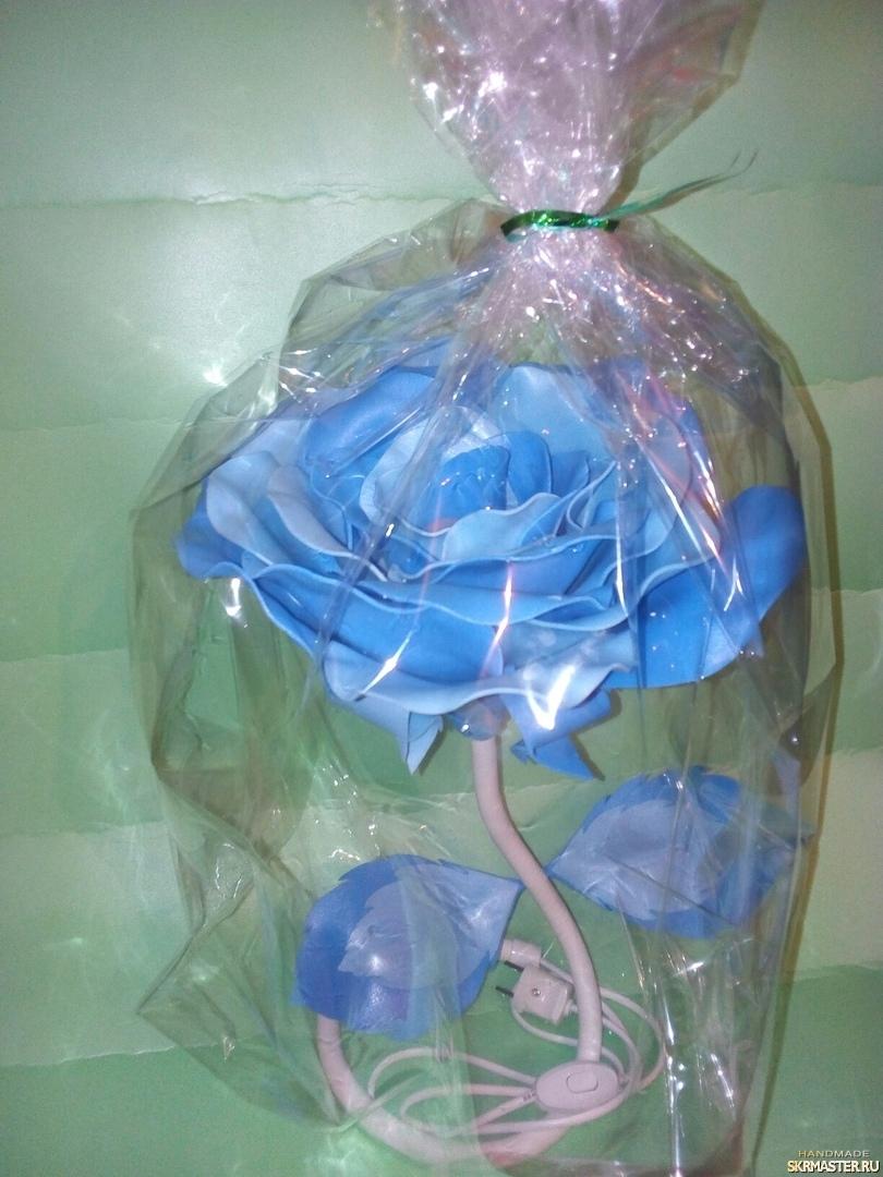 тут изображено Светильник Цветок в голубых тонах
