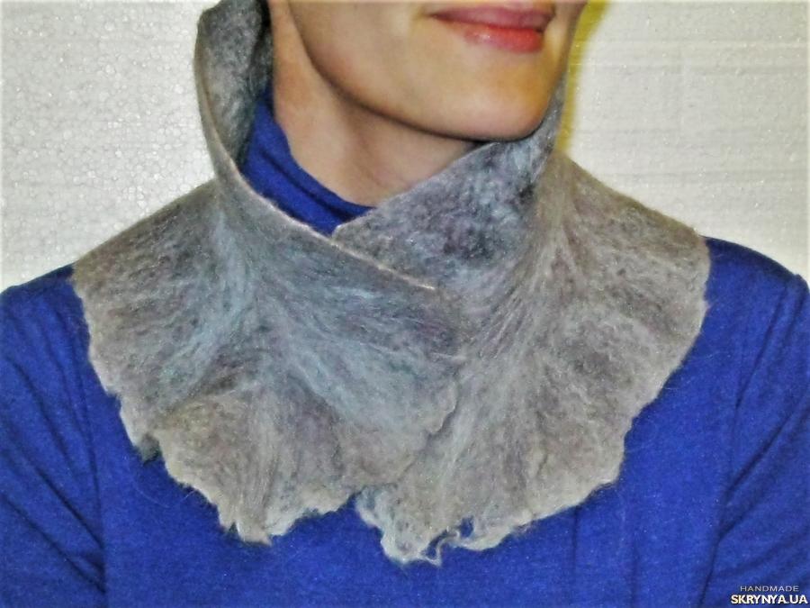 тут изображено Жіночий шарф із валяной вовни сіро-блакитний