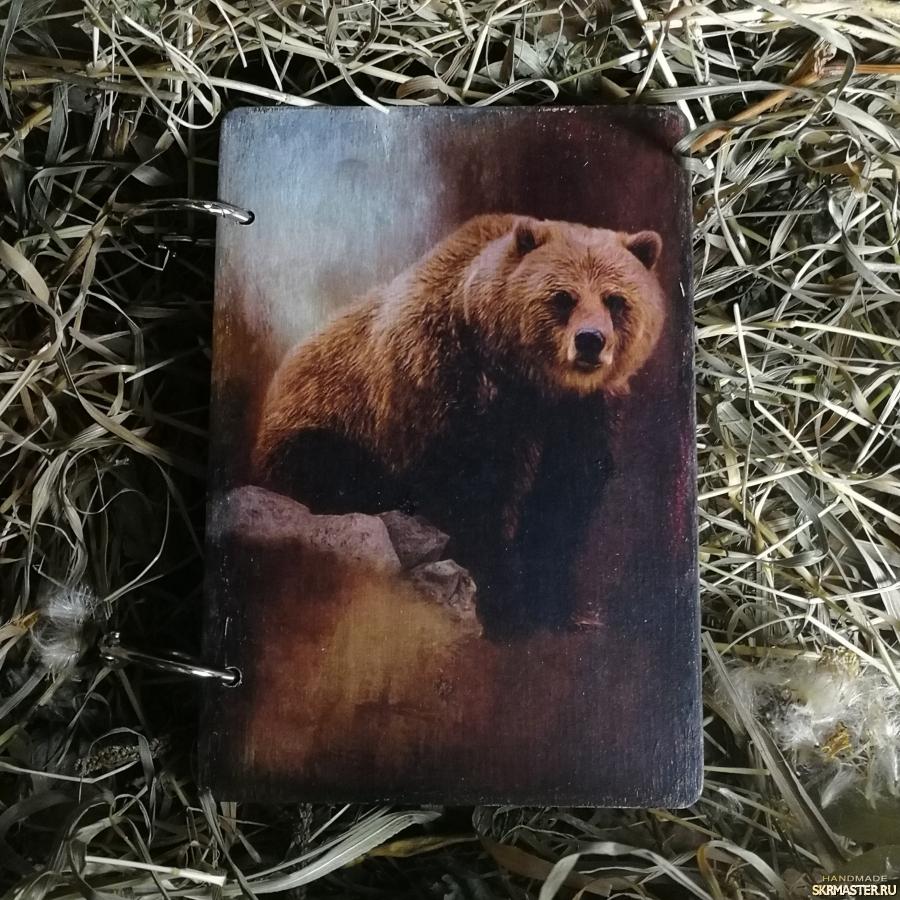 тут изображено Блокнот деревянный с медведем. Ручная работа
