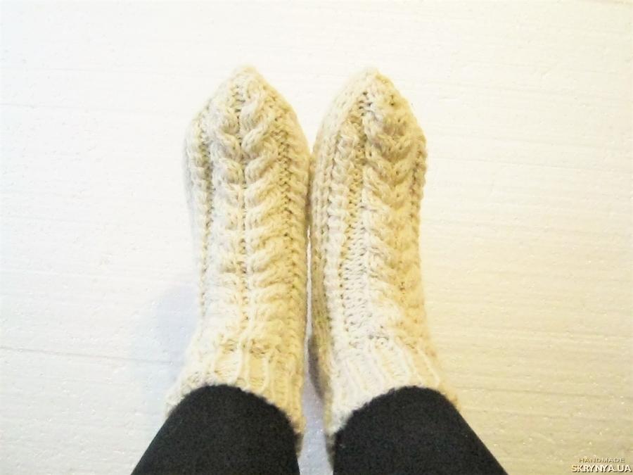 тут изображено Білі шкарпетки зв′язані спицями з 100% вовни