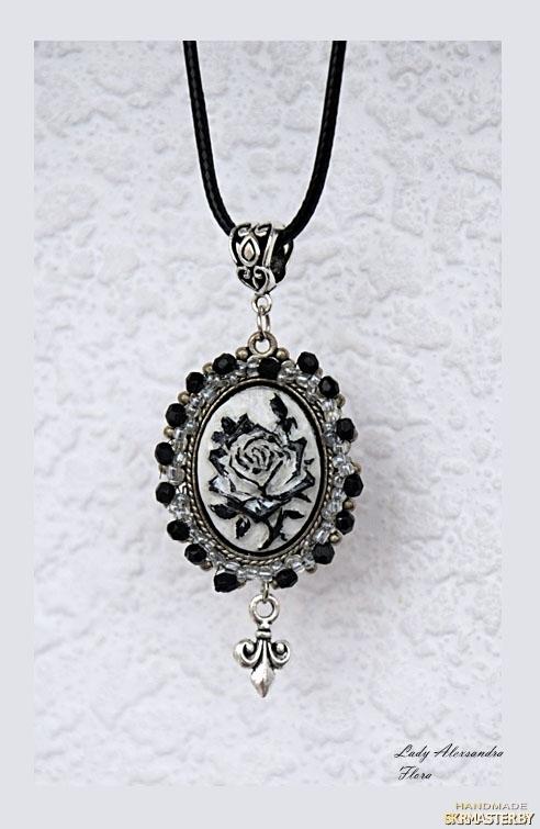 тут изображено Кулон с розой