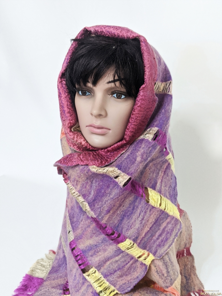 тут изображено шарф ′Позитив ′ - авторский войлок, ручная работа  .
