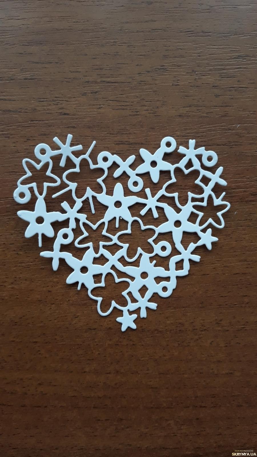 тут изображено  вырубка Цветочное сердечко, Высечки для скрапбукинга