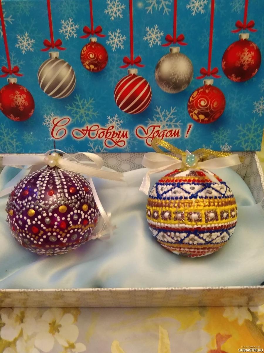 тут изображено Елочные игрушки шарики расписаны в технике точечной росписи.