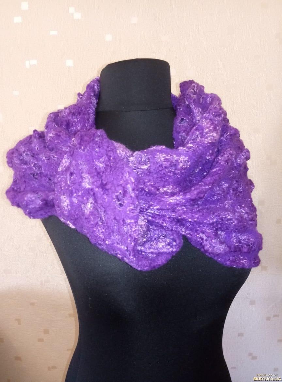 тут изображено Валяний шарф ′Театр′
