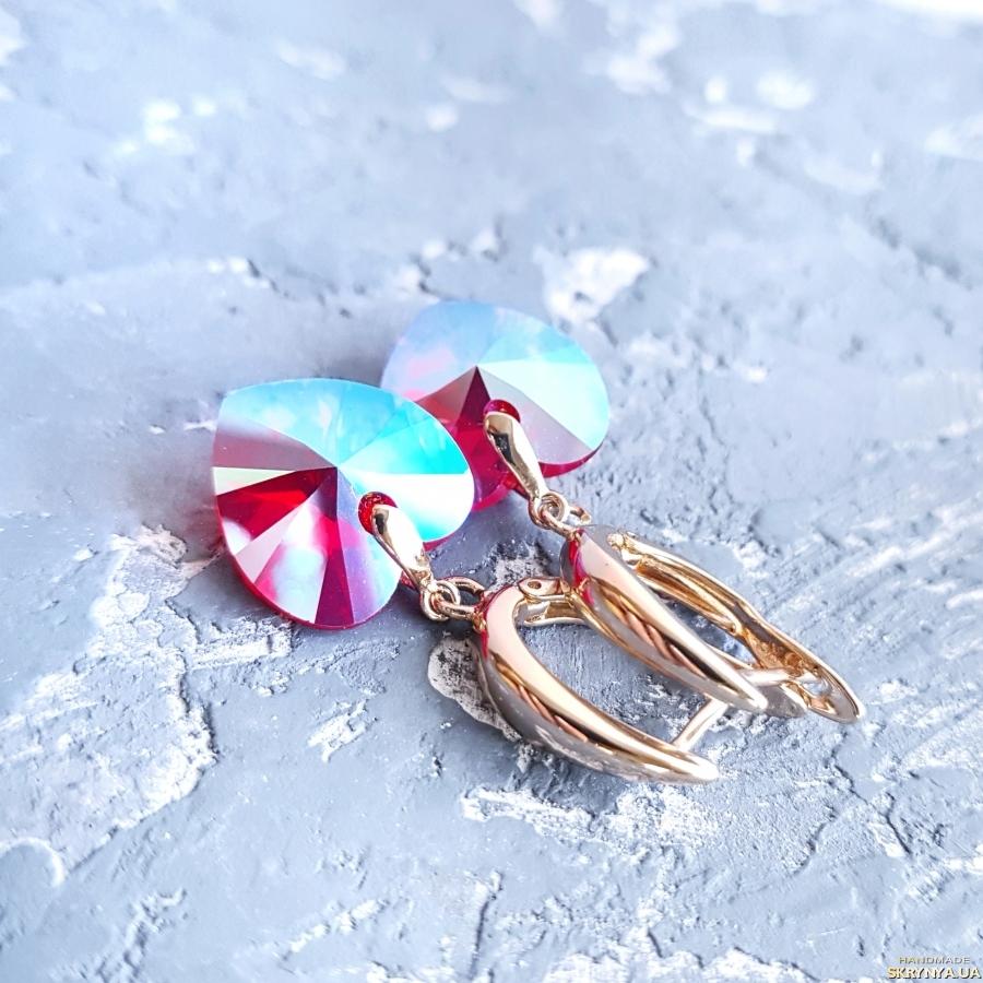 тут изображено Поозолочені сережки з кристалами Swarovski  подарунок дівчині на 8 березня