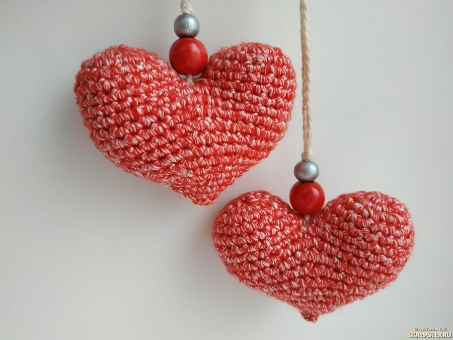тут изображено Маленькие вязаные сердечки