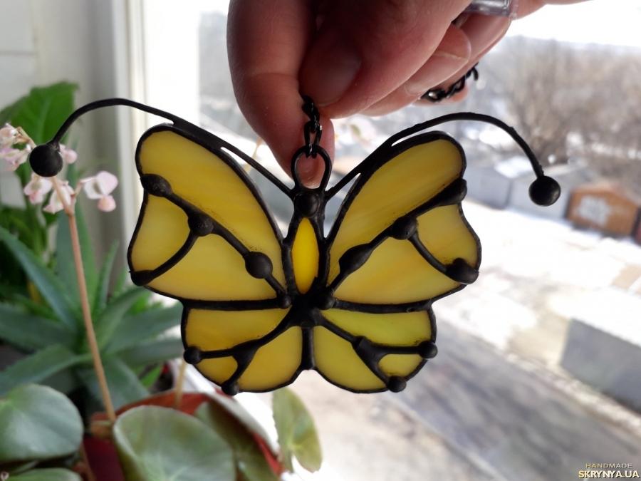 тут изображено Витражная подвеска на окно «Бабочка», техника Тиффани.  Бабочка  маленький