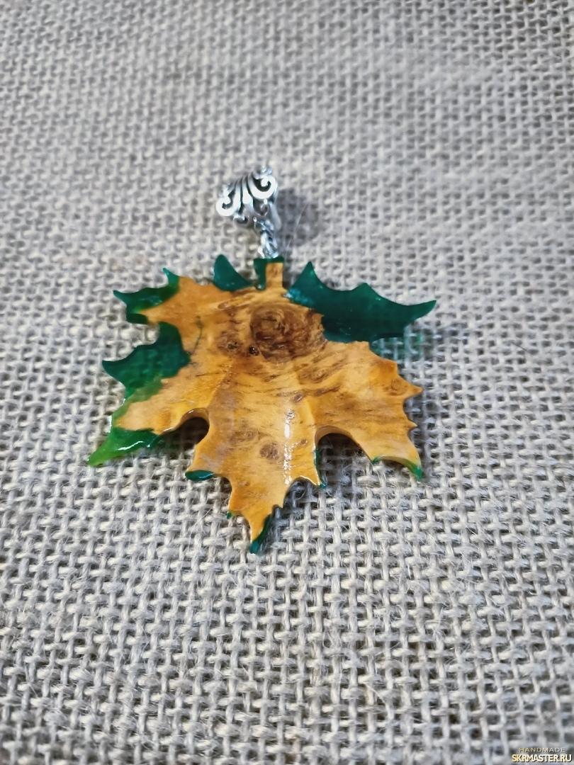 тут изображено Кулон ′Кленовый лист′. Деревосмола