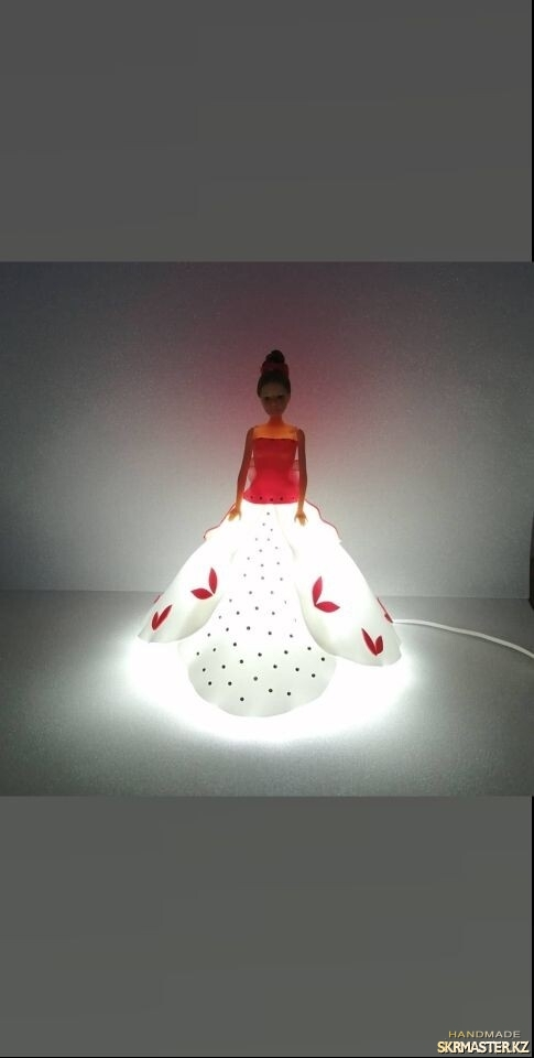 тут изображено Кукла Барби-светильник