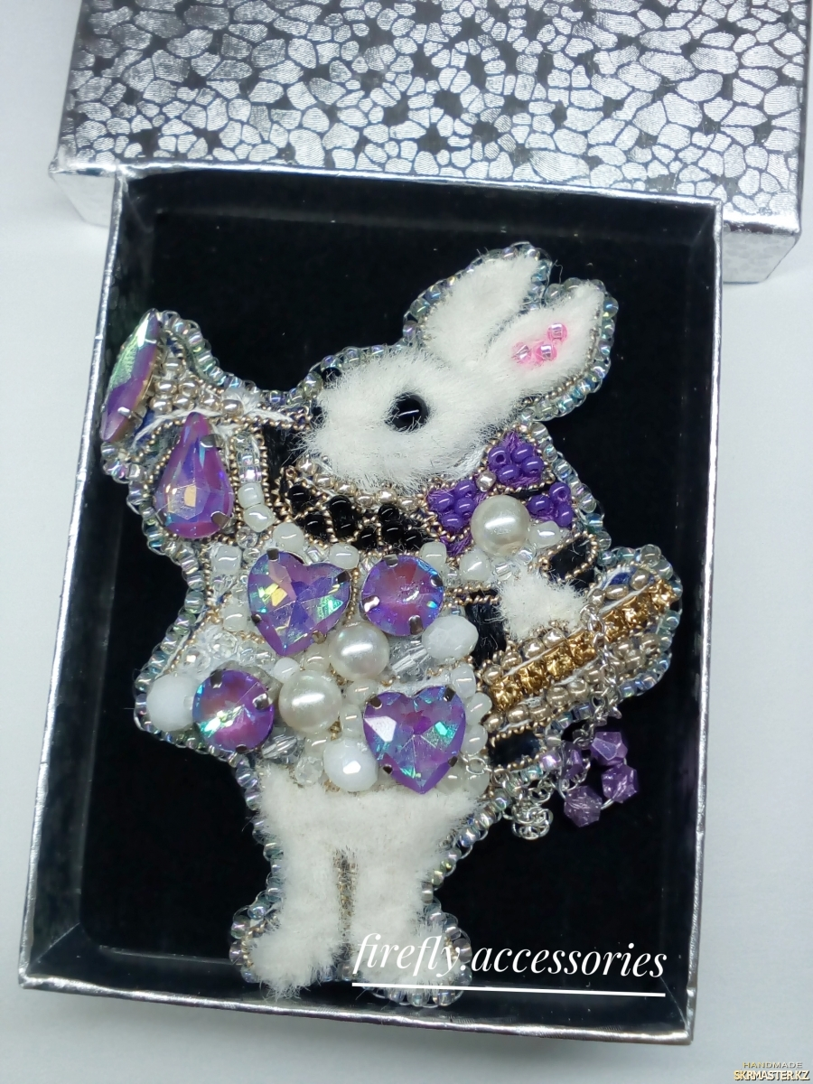 тут изображено Брошь Белый кролик