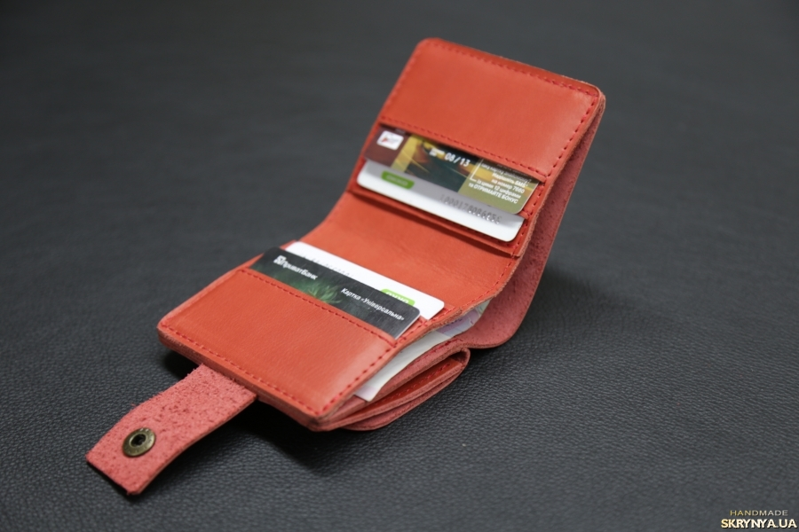 pictured here Стильний гаманець з натуральної шкіри.