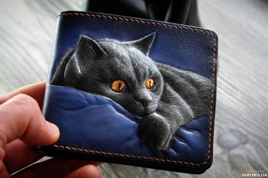 тут изображено Шкіряний гаманець з ТИСНЕННЯМ Кішка-мишка