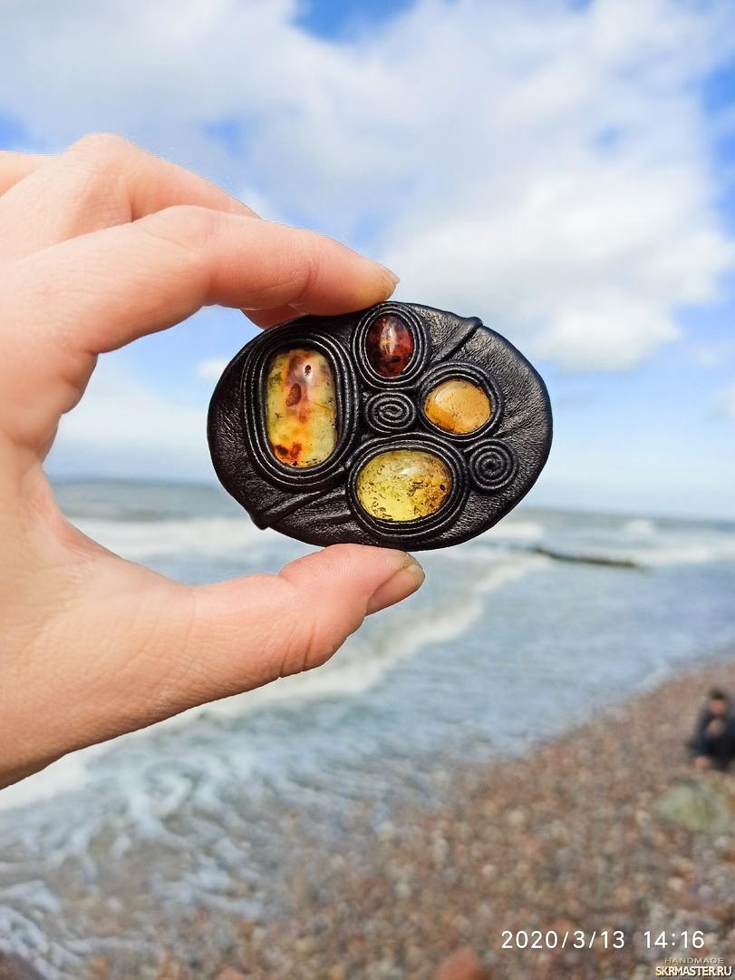 тут изображено Волшебный круги: Янтарь и кожа