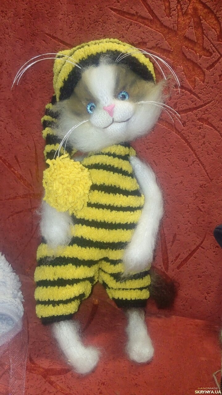pictured here Cat in the image of a Bee