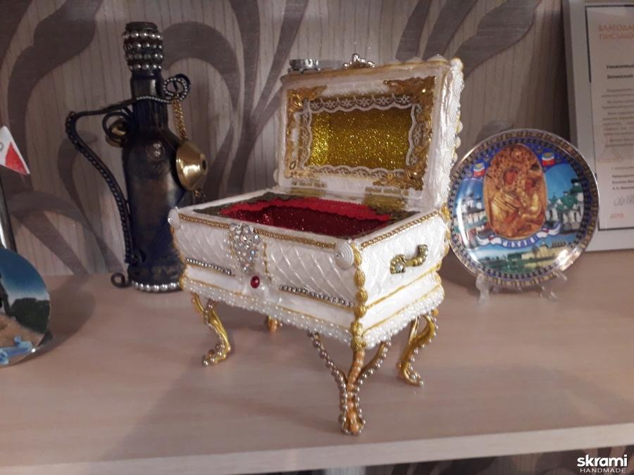 тут изображено Шкатулка Королевская корона