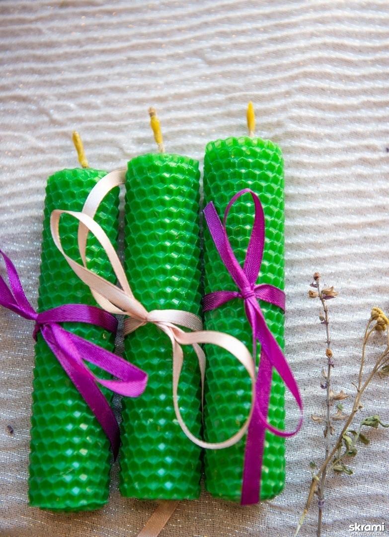 тут изображено Зеленая эко-свеча из вощины ′Поток Изобилия′