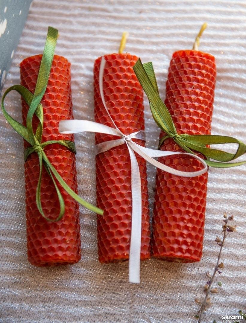 тут изображено Красные эко-свечи из вощины