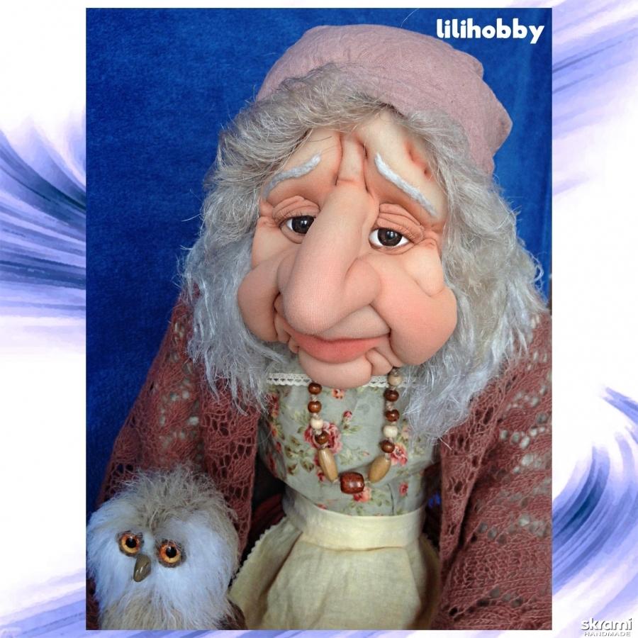 тут изображено Кукла Баба Яга с Совушкой и путеводным клубочком