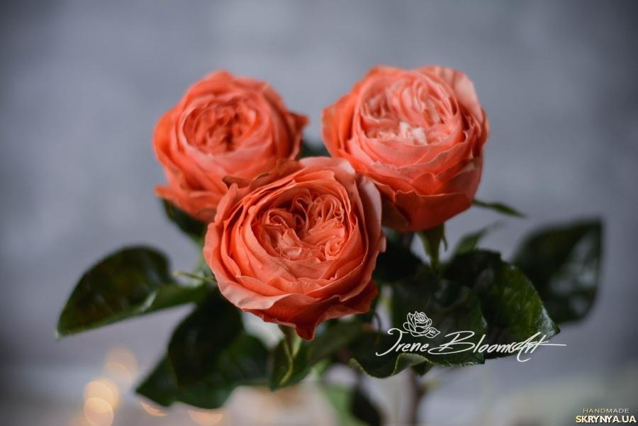 тут изображено  Пионовидная роза Кахала из фоамирана
