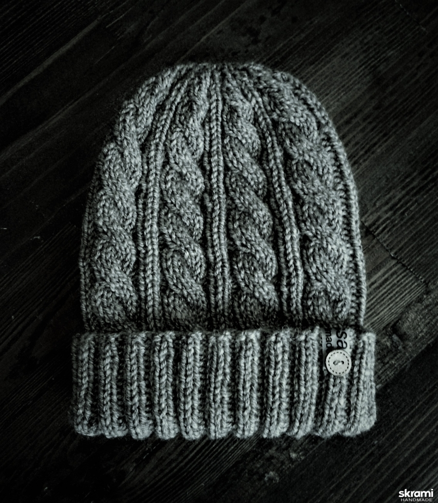 тут изображено Вязаная мужская шапка