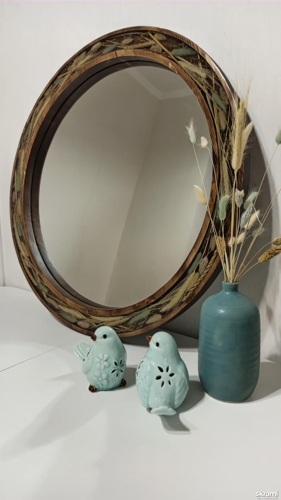 тут изображено Круглое зеркало из массива и эпоксидной смолы.