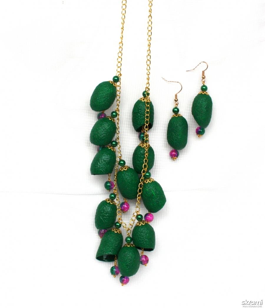 тут изображено Ожерелье и серьги из коконов шелкопряда ′Лесная тайна′